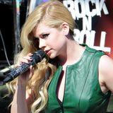 Avril Lavigne hat sich für einen Fernsehauftritt ein für sie fast schlichtes, grünes Lederkleid ausgesucht.