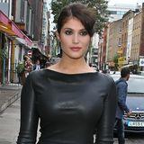 Gemma Arterton verpackt ihre wunderbar weiblichen Kurven in einem schwarzen Lederkleid. Durch den hochgeschlossenen Schnitt wirkt das Outfit elegant und sexy zugleich.