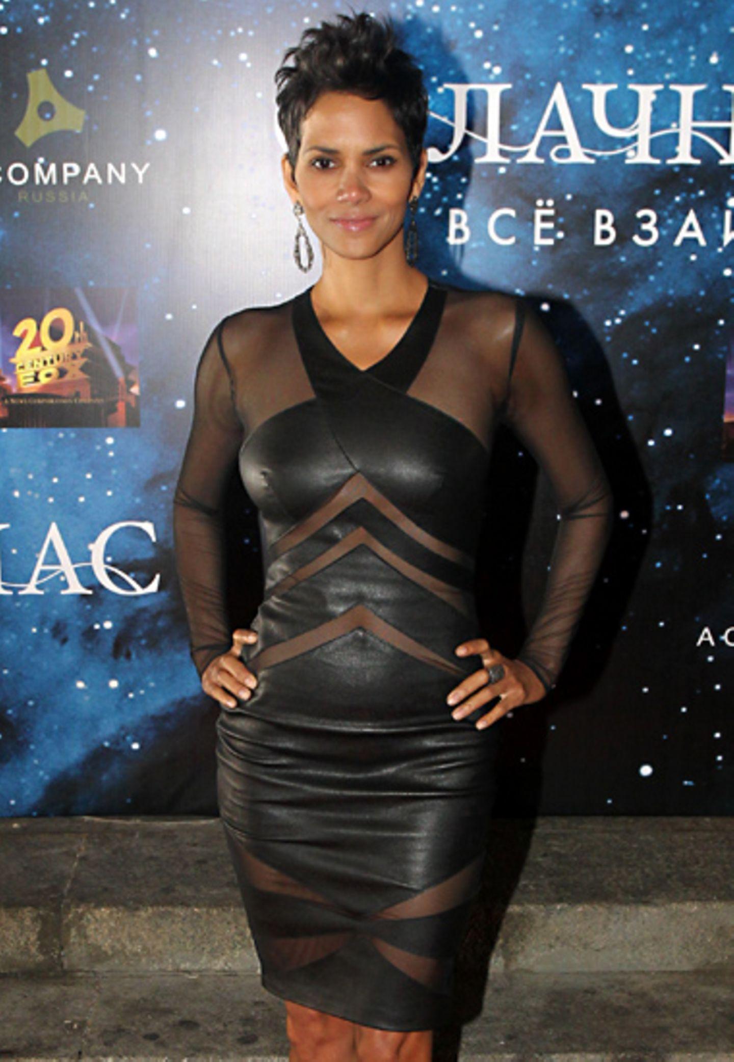 Figurbetont zeigt sich Halle Berry in Moskau in einem Lederkleid mit Cut-Outs von Catherine Malandrino.