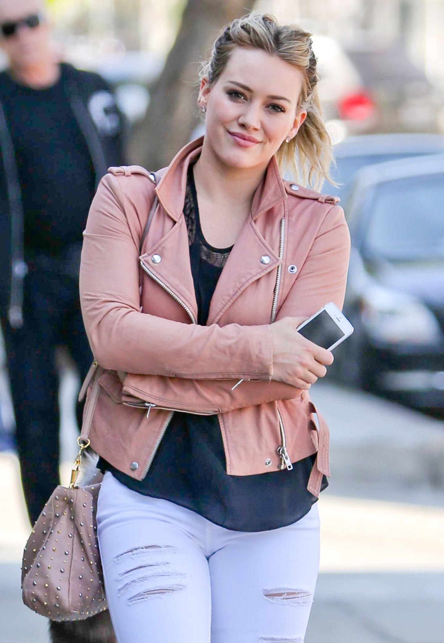 Hilary Duff gibt mit ihrer rosafarbenen Lederjacke die zarte Rockerbraut.