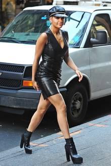 Domina-Style! Rita Ora sorgt in ihrem engen Lederkleid, passender Mütze mit Nieten-Besatz und superhohen Plateau-Boots für Stielaugen und offenen Münder bei den New Yorker Passanten.