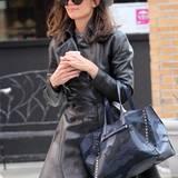 Als schicke Undercover-Agentin könnte Katie Holmes mit ihrem ausgestellten Zweireiher aus dunkelbraunem Leder glatt durchgehen.