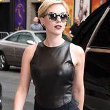 Wahnsinn, was für eine Frau! Scarlett Johansson betört die Gäste einer US-Talkshow in einem schwarzen Overall mit Lederoberteil von Michael Kors.
