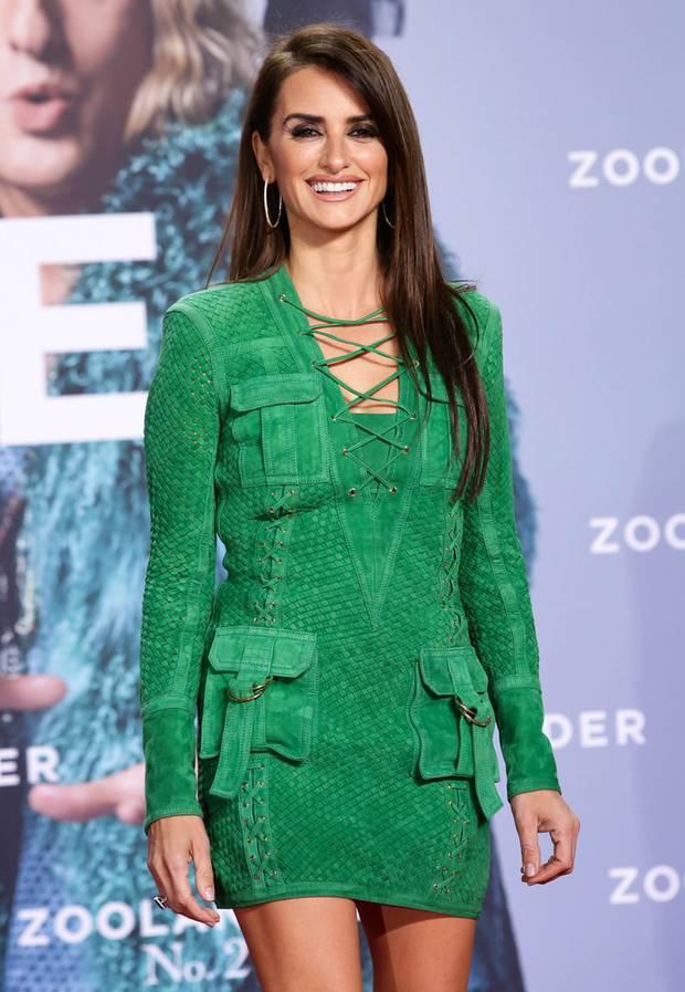 """Penélope Cruz wäre auch im Kartoffelsack noch ein Hingucker, im grünen Lederkleid von Balmain, das sie bei der """"Zoolander 2""""-Premiere in Berlin trug, ist sie es allemal!"""