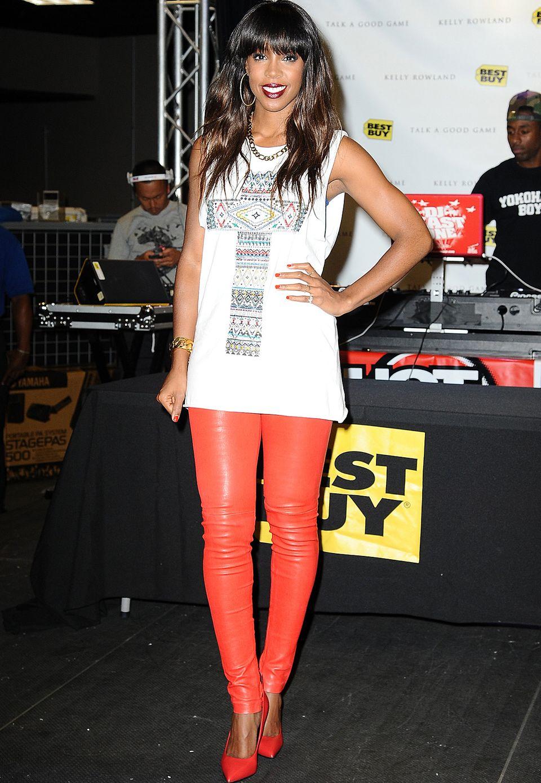 Sehr sexy und doch lässig kombiniert Kelly Rowland eine hautenge rote Lederhose zum weißen Top. Ihren goldenen Schmuck setzt sie dazu nur sparsam ein.