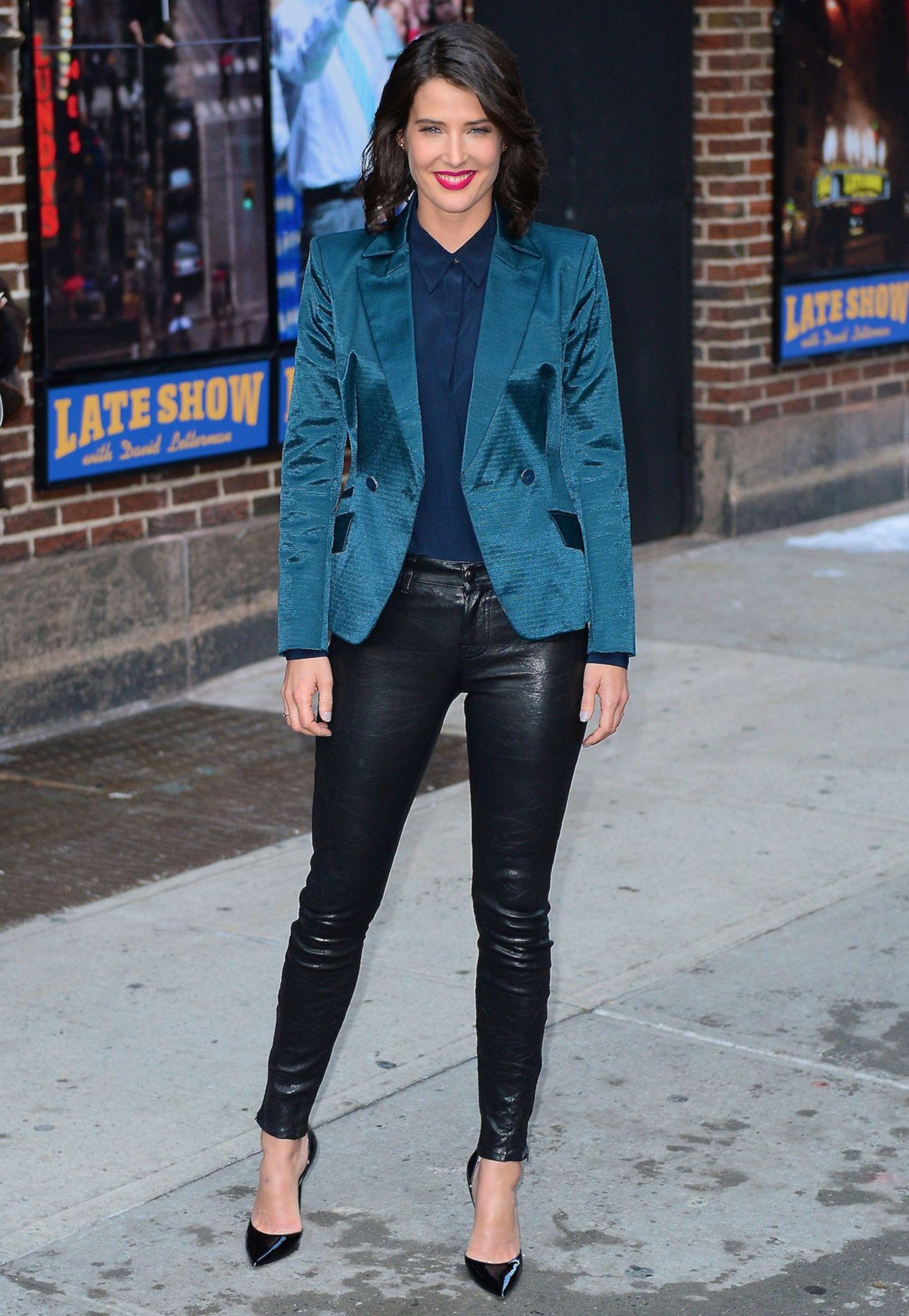 Cobie Smulders zeigt, dass Leder und Satin sich wunderbar kombinieren lassen.