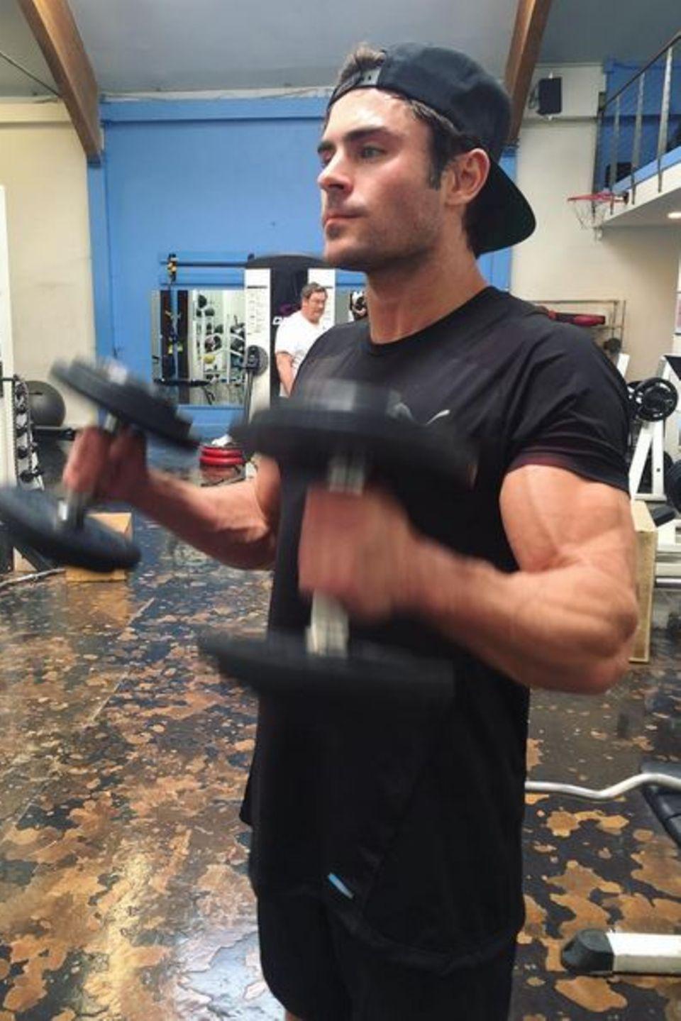 """Seine Zeiten als Milchbubi in """"High School Musical"""" sind definitiv gezählt. Seit einigen Wochen arbeitet Zac Efron nun an seinem Körper. Nicht mehr lange und seine Oberarme sprengen sicherlich seine Shirts."""