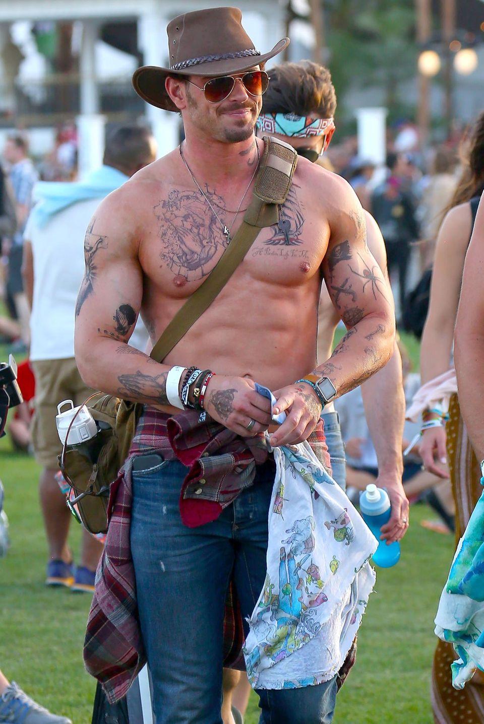 """""""Twilight""""-Star Kellan Lutz zeigt seinen muskulösen Oberkörper beim Coachella-Musikfestival."""