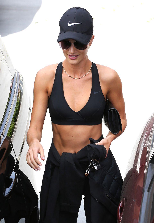 ABSolut perfekt! Topmodel Rosie Huntington-Whiteley kommt mit sichtbar trainierten Bauchmuskeln und toll definierten Armen aus dem Fitnessstudio in Hollywood.. Für ihre bevorstehende Hochzeit mit Jason Statham will sie schließlich so gut aussehen wie nie.