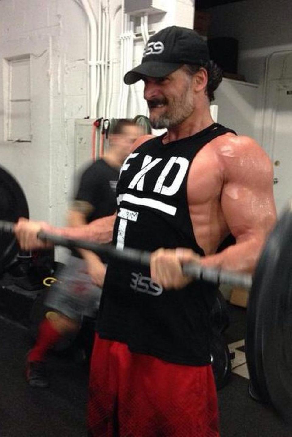 """Joe Manganiello lässt auf seinem Instagram-Profil seine Fans an seiner Arbeit teilhaben. Für sein Fitness-Programm """"Evolution359"""" stählt er seinen Körper im Studio."""
