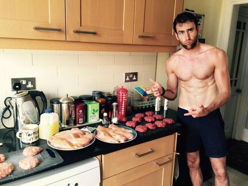 """Mit dem dicklichen """"Harry Potter""""-Freund """"Neville Longbottom"""" hat Matthew Lewis keine Ähnlichkeit mehr. Um so in Form zu sein, muss er nicht nur viel trainieren, sondern auch das Richtige essen. In diesem Fall hat sich der Schauspieler für jede Menge Proteine in Form von Fleisch entschieden. Einer seiner Freunde schreibt zu dem Bild bei Twitter zweideutig: """"@Mattdavelewis ist stolz auf sein Fleisch."""""""