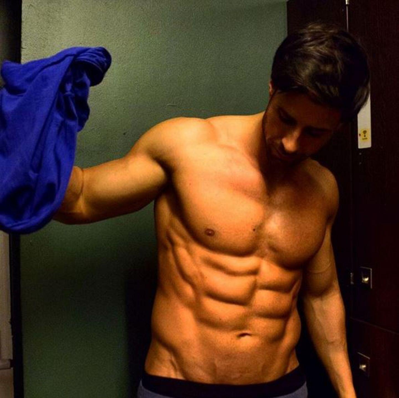 """Der Bachelor zeigt seine mega Muskeln: Leonard Freier zeigt auf Instagram, dass sich hartes Training auszahlt und ermutigt seine Fans """"fleißig zu sein"""" Mit extrem defiierten Bacumuskeln"""