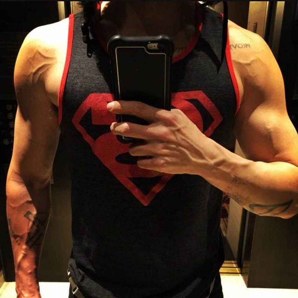 """Jared Leto ist der neue Joker im Batman-Film """"Suicide Squad"""" und offensichtlich verlangt diese Rolle einen sehr starken und muskulösen Schauspieler. Kein Problem für Jared, er trainiert hart und kann sich sehen lassen."""