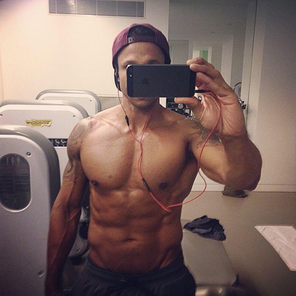 Daniel Aminati startet den Tag mit einem harten Work-out, aber offensichtlich lohnt sich das frühe Aufstehen, die Muskeln sind schön definiert.