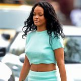 Kuschelig und sexy: Rihanna zeigt im türkisen Cashmere-Ensemble ihren trainierten Bauch.