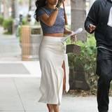Rihanna spaziert auch bei Regenwetter mit bauchfreiem Top und hochgeschlitztem, hellem Rock durch Beverly Hills. Es gibt ja schließlich Regenschirme!