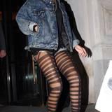 Gewohnt sexy gibt sich Rihanna mit ihrer Strumpfhose uns zieht damit die Aufmerksamkeit auf ihre langen Beine.