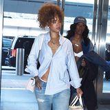 Als wäre sie geradewegs aus dem Bett ihres Freundes gekrochen, zeigt sich Rihanna mit Boyfriend-Jeans, weitem Herrenhemd und Heels im Puschel-Look.
