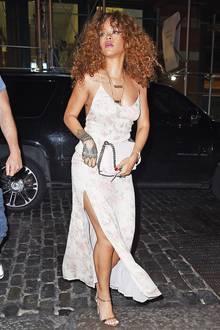 Das pastellige, florale Sommerkleid, das Rihanna bei einem Dinner in New York trägt, könnte auch glatt als Negligé durchgehen.