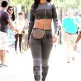 Provokateurin Rihanna ist der erklärte Liebling von Designer Alexander Wang. Schon im September durfte sie deshalb einen grauen Zweiteiler der Kollektion spazieren tragen.