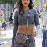 Und auch zum knatschengen Zweiteiler müssen die Ketten her. Je figurbetonter, desto besser mag wohl Rihannas Style-Regel sein.