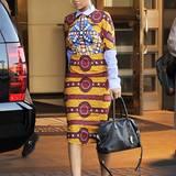 Die sonst so freizügige Rihanna hat sich in einem echten Hingucker-Outfit auf den Weg zu Geschäftsterminen gemacht. Die Tasche stammt von Balmain, ihr auffäliges Musterkleid mit Hemdbluse stammt von Stella Jean Barbara.