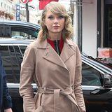 Paris im Herbst: Taylor Swift absolviert ihren Besuch in der Stadt stilecht im knopflosen Trenchcoat.