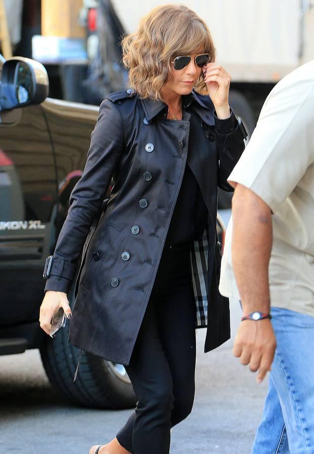 ab05e90aa4d Einen besonders schönen Trench der Marke Burberry trägt Jennifer Aniston  bei Dreharbeiten. Das doppelreihige Model