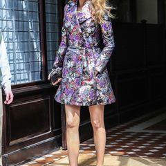 Sie ist zweifellos ein echter Fashion-Star: Blake Lively weckt in ihrem metallischen Multicolor-Trenchcoat von Valentino schwerwiegenden Mode-Neid.
