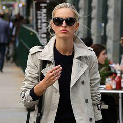 Eigentlich ist Karolina Kurkovas klassischer Trenchcoat kein besonderer Hingucker. In Kombination mit ihrer rockigen, hell gewaschenen Jeans und der lässigen Schultertasche wird das jedoch zum zeitlosen Streetstyle-Liebling.