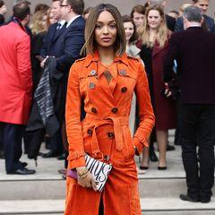 Hingucker: Passend für die Men's-Fashion-Show von Burberry Prorsum in London leuchtet Topmodel Jourdan Dunn im schicken, orangenen Leder-Trenchcoat.