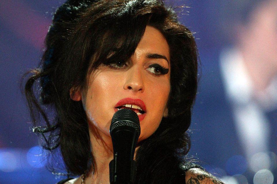 23. Juli 2011: Nach jahrelnagem Drogenmissbrauch wird Amy Winehouse tot in ihrer Londoner Wohnung aufgefunden.