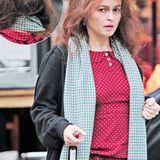 Grauer Haaransatz, wilde Zottelmähne und Lodder-Look: Hollywoodstar Helena Bonham Carter scheint abseits des roten Teppichs offensichtlich weniger Wert auf einen glamourösen Auftritt zu legen.