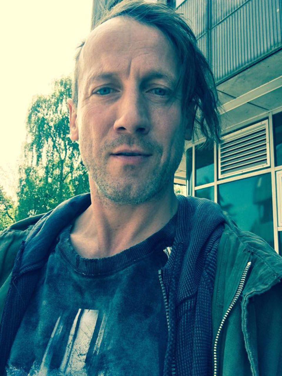 """Versucht Wotan Wilke Möhring mit dieser Frisur gegen sein gutes Aussehen anzukämpfen? Bringt nichts, attraktiv ist er auch so. Der neue Punker-Look ist übrigens für seine Rolle in """"Happy Burnout""""."""