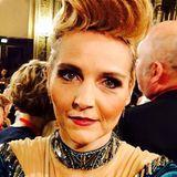 Ach du Schande! Als Gast beim Wiener Opernball beweist Dschungel-Zicke Helena Fürst wieder einmal ganz besonders schlechten Geschmack. Ihre Turmfrisur hätte man aus Sicherheitsgründen mit kleinen Leuchtwimpeln markieren müssen.