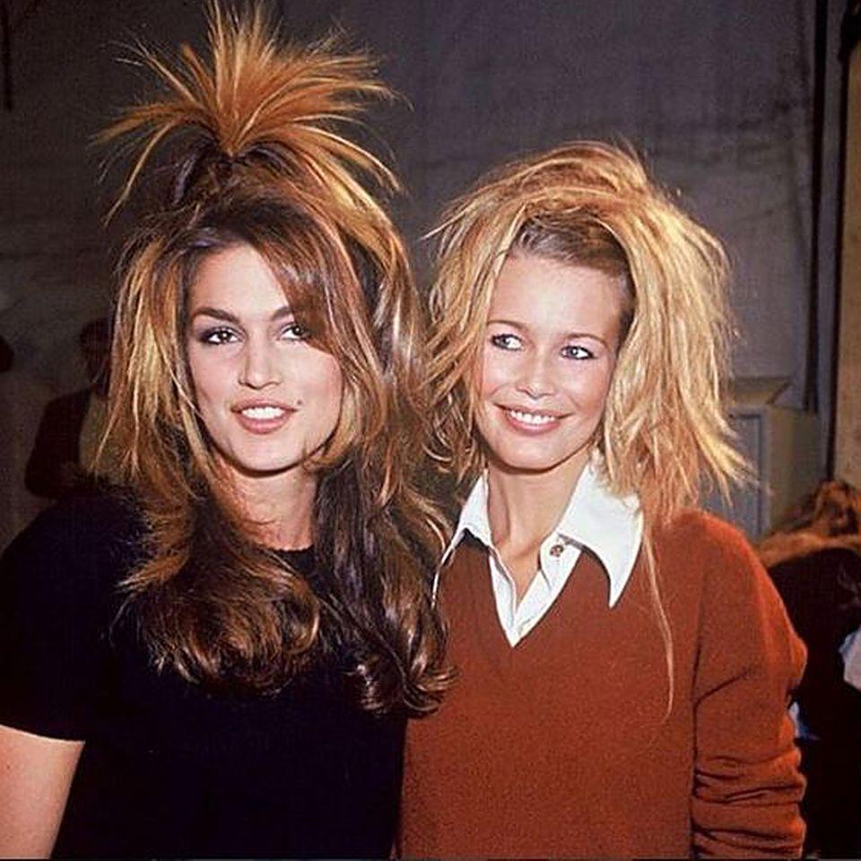 """""""Wer braucht schon eine Bürste, wenn man Chanel hat?"""", titelt Cindy Crawford scherzhaft zu diesem Flashback-Foto von 1994 mit Kollegin Claudia Schiffer."""