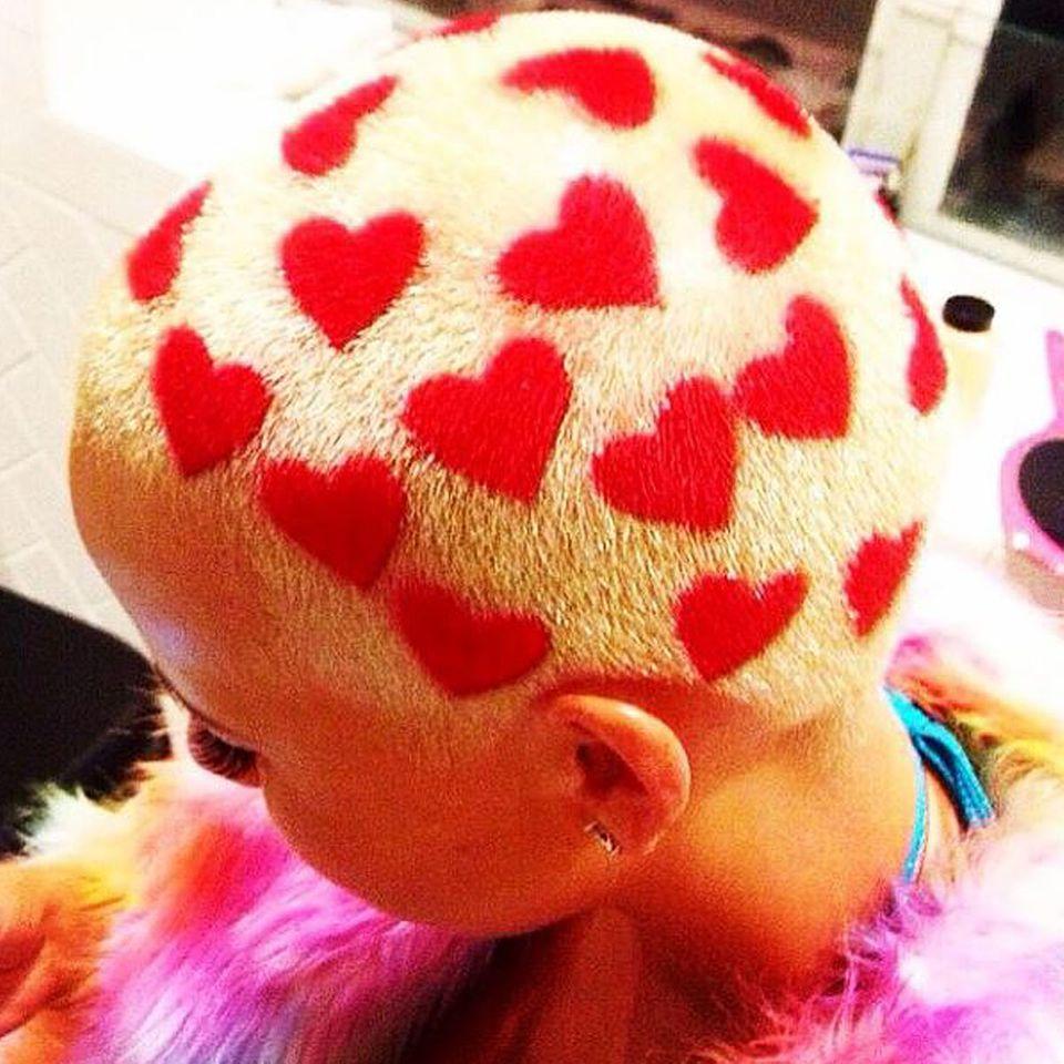 """Für ihren extravaganten Style ist das amerikanische Model Amber Rose zwar bekannt, mit dieser skurrilen Frisur dürfte sie aber auch bei ihren Fans für verdutzte Blicke sorgen. Doch diesen Herz-Look hat sich Amber nur für ein Shooting für das """"Oyster Magazine"""" zugelegt, und wird hoffentlich bald wieder passé sein."""