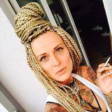 """Der Turmbau zu Rostock... oder so ähnlich: """"Jennifer Rostock""""-Frontfrau Jennifer Weist präsentiert auf ihrem Instagram-Profil ihre neue, ziemlich aufwendige Zöpfchen-Frisur. Richtig schick ist der Haar-Turm aber nicht, irgendwie erinnern uns die Braids an Schiffstaue."""