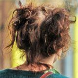 Was ist denn da passiert? Schauspielerin Helena Bonham Carter ist mit fieser Zottel-Frisur in London unterwegs.
