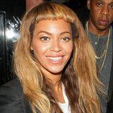 Beyoncé, ist dein Friseur etwa mit der Schere abgerutscht? Der ausgefranste, ziemlich schief geschnittene Pony der Sängerin sieht jedenfalls nach einem großen Malheur aus. Man kann nur hoffen, dass es sich bei dieser fiesen Frise um eine Perücke handelt, damit Beyoncé bald wieder mit ihren gewohnt schönen Looks überzeugen kann.