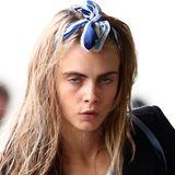 """Abseits des Catwalks trägt Supermodel Cara Delevingne gerne mal das herrlich unperfekte Frisurenstyling """"schludriges Waschweib""""."""