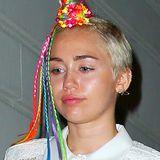 """Miley Cyrus erfreut uns ja immer mal wieder mit lustigen Frisuren. Dieses Mal zeigt sie uns die Variante """"Blumengeschmücktes Kurz-Einhorn mit Regenbogenschweif""""."""