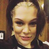 In einem kleinen Video auf ihrem Instagram-Profil fragt Jessie J ihren Stylisten, warum sie denn aussieht wie die böse Cruella de Vil. Bei dieser zweifarbigen Haartastrophe fragen wir uns das auch.