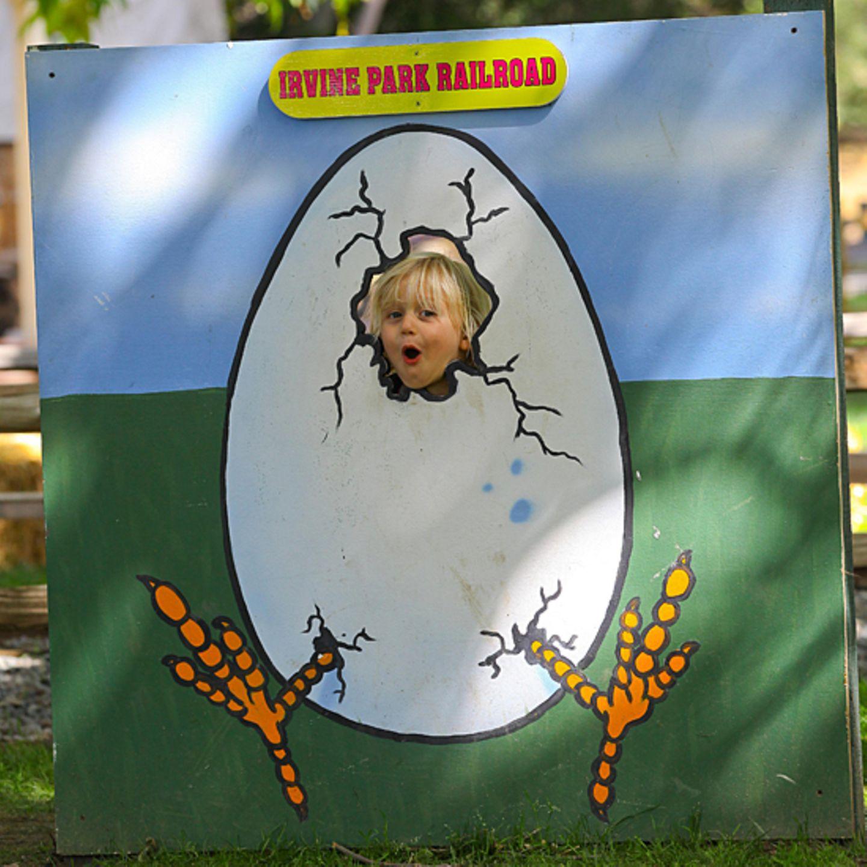 27. März 2012: Familienspaß im Park: Beim Ausflug mit Mama Gwen Stefani schlüpft Zuma aus einem Osterei.
