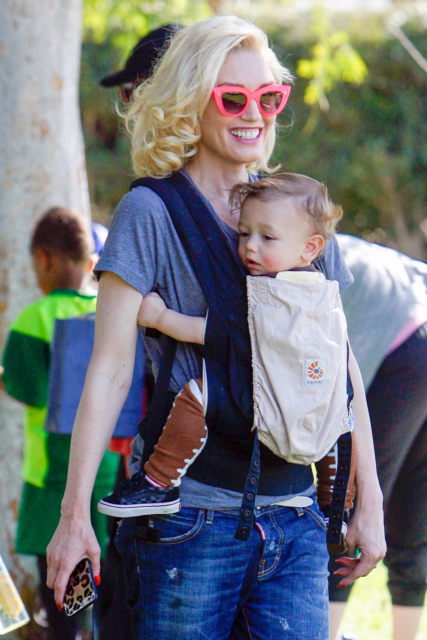 7. März 2015   Den jüngsten Sohn Apollo in der Bauchtrage und eine pinke Sonnenbrille auf der Nase genießt Gwen Stefani die warmen Sonnenstrahlen im Park.