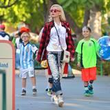 8. März 2015   Zuma und Kingston Rossdale verbringen mit Mama Gwen Stefani einen Tag in Disneyland. Gwen Stefani passt sich optisch ihrer Umgebung an und trägt ein verwaschenes Micky Mouse T-Shirt.