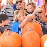 """24. Oktober 2015  Familie Stefani genießen einen Tag im """"Sam's pumpkin patch"""" in Los Angeles."""