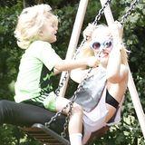 28. Juli 2013  Gwen Stefani und Zuma gehen mit der Schaukel in die Lüfte.