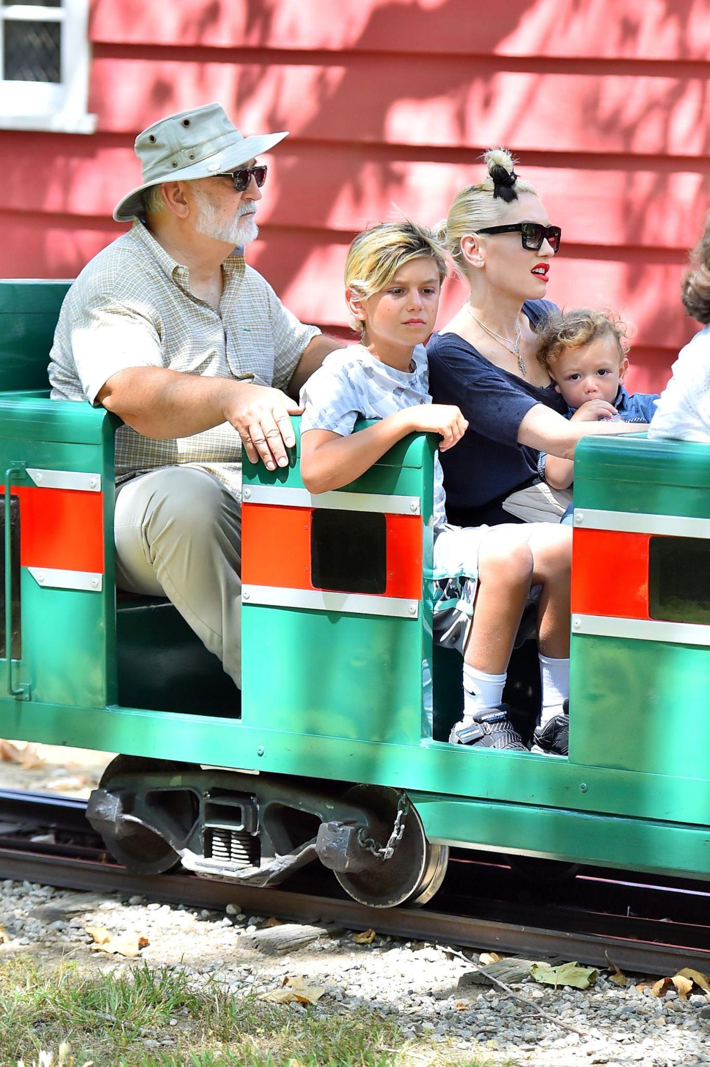 28. Juni 2015  Mit Apollo auf dem Schoß, fährt Gwen Stefani mit Kingston und ihrem Vater eine Runde durch den Griffith Park.