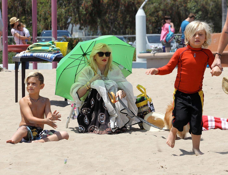 18. Mai 2013   Gwen Stefani begleitet Kingston und Zuma zu einer Geburtstagsparty am Strand von Marina Del Rey in Kalifornien. Während ihre Jungs spielen, schützt sich Mama mit einem Schirm vor der Sonne.